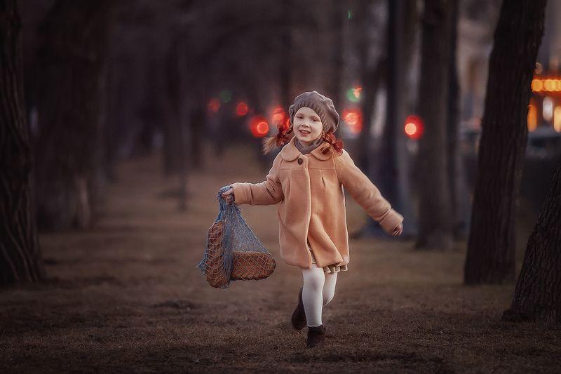хлеб, детство, батон, булочная, девяностые, назадвдевяностые, девочка, вечер, парк, свет, луч За хлебомphoto preview