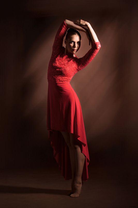 фотостудия, портрет, танец, постановочная фотография, художественная постановка, art, балет, пластика, движение, спорт, балерина, красное платье, low key, davydov, романтическая, живописная Портрет сквозь танецphoto preview