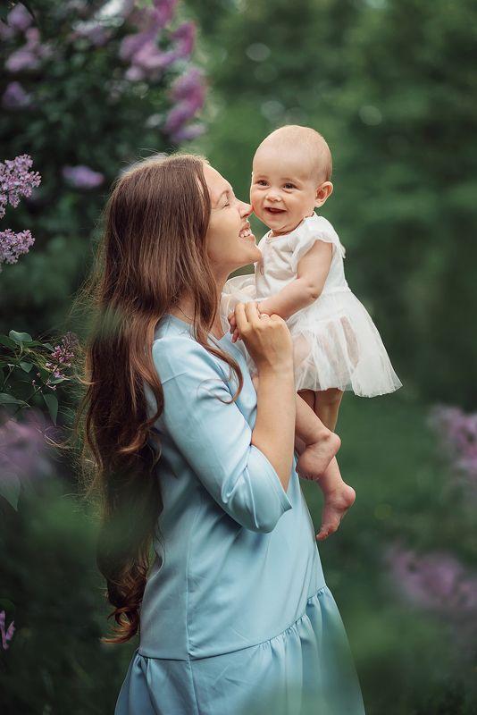 семья мама дочь малыш весна сирень счастье улыбка photo preview