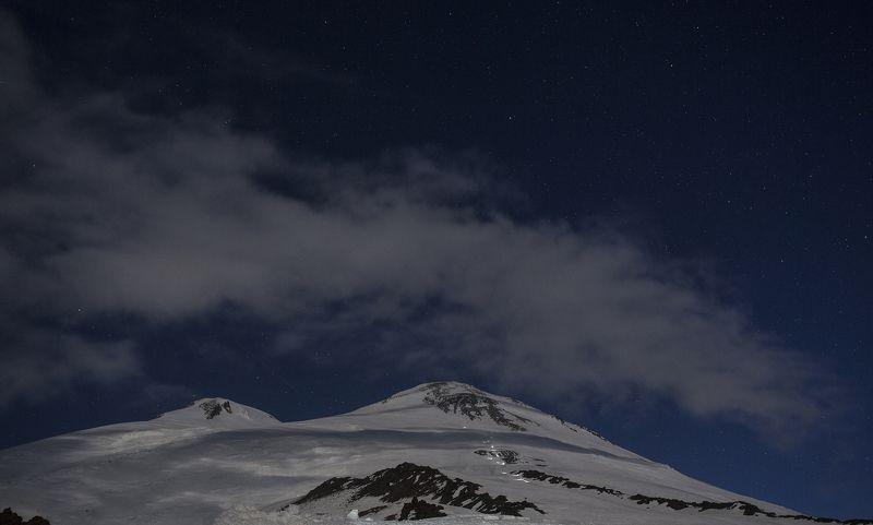 ночь, горы, эльбрус, кавказ, природа, зима, красиво Эльбрус в свете Луны и фонариков восходящихphoto preview