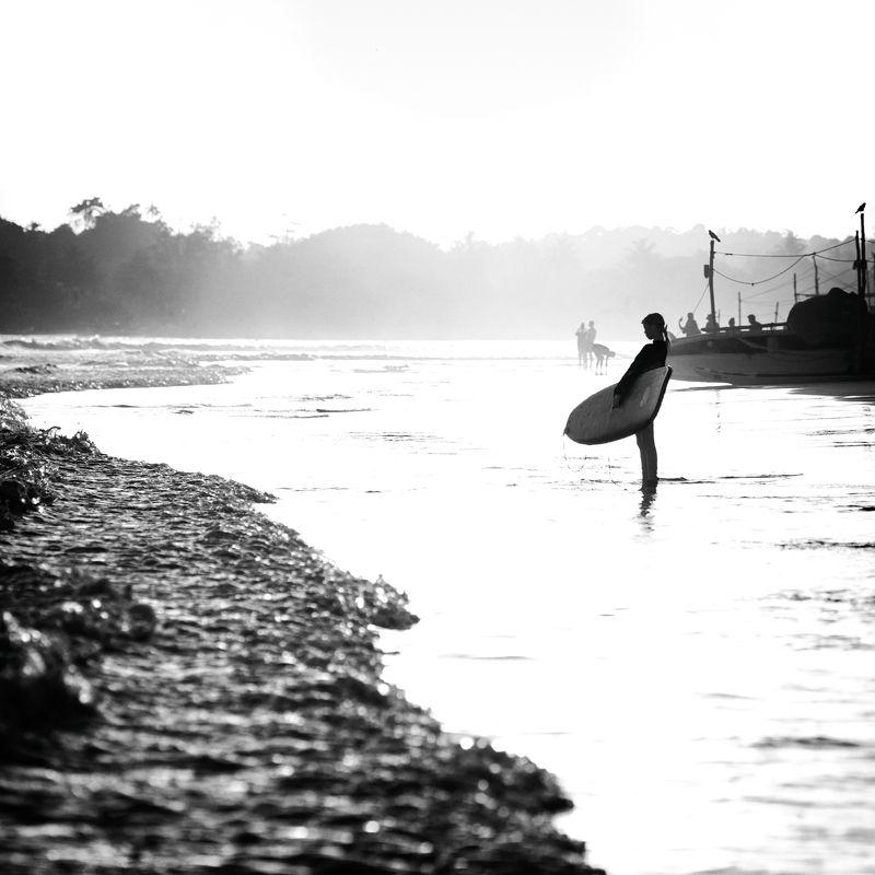 мысли о море, серфинг, серфингистка, девушка на берегу, велигама, шри-ланка Мысли о море)photo preview