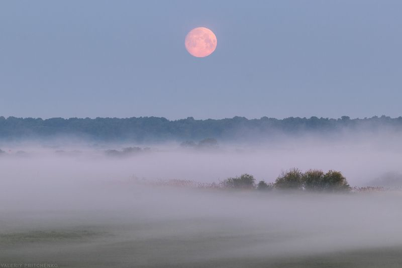 Лунный закат над туманной долиной.photo preview