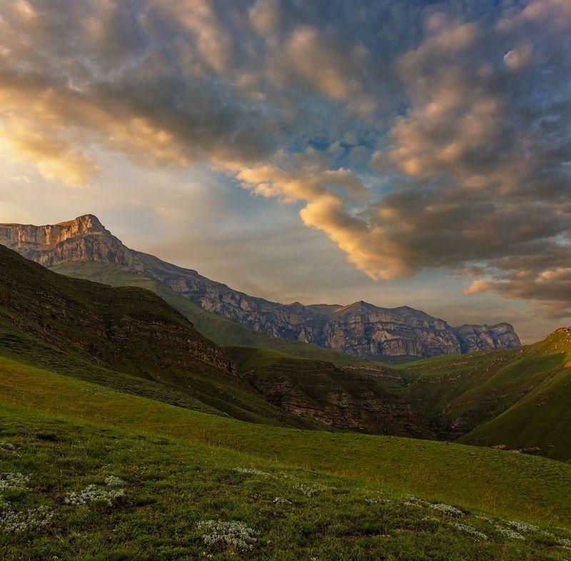 горы, закат, кавказ золотой пыльцою осыпая...photo preview