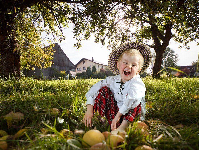 дети, яблоки, осень, природа, солнце Радостная жизнь Моти. фото превью