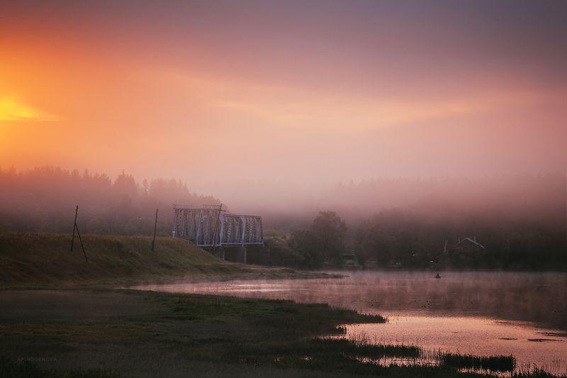 утро, туман, река, мост, лодка, свет, облака Сиреневый туманphoto preview