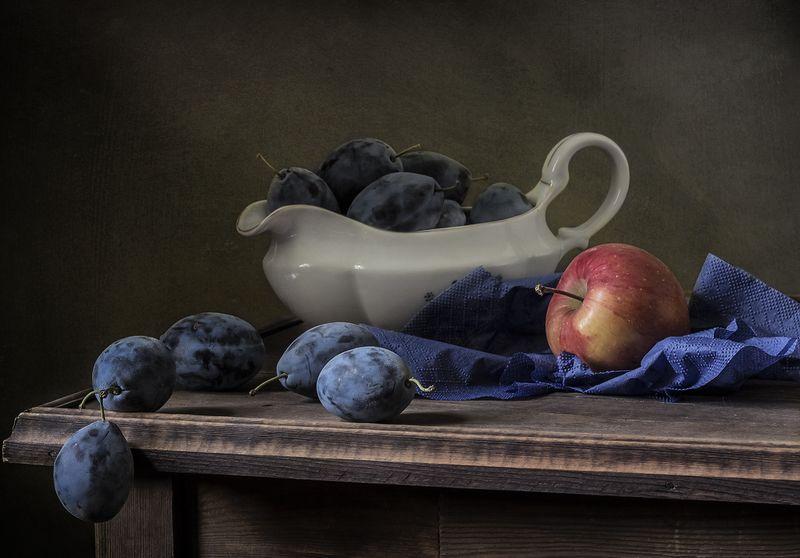 натюрморт, сливы, фрукты, still life С красным яблокомphoto preview