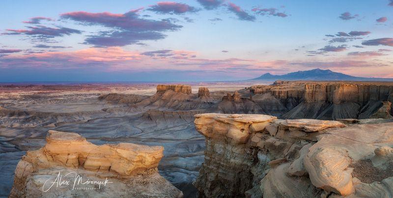 сша, юта, каньонлендс, панорама, закат, река, скалы, небо, горы, свет, путешествие, фото-тур, пустыня, глина, бэдлендс Лунная Долинаphoto preview