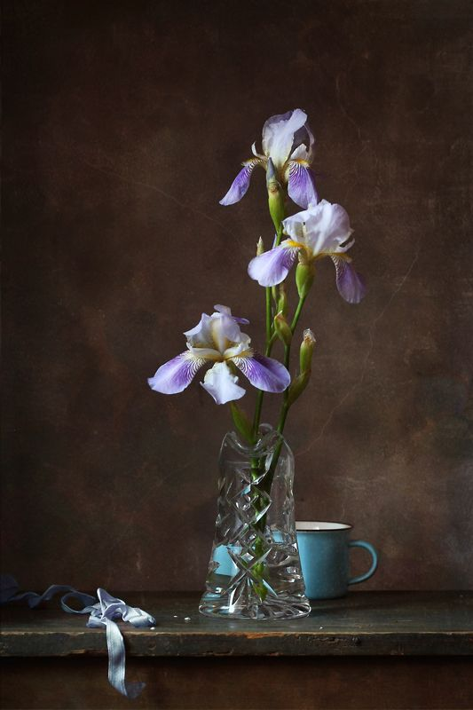 натюрморт, ирисы, голубая чашка С ирисами и голубой чашкойphoto preview