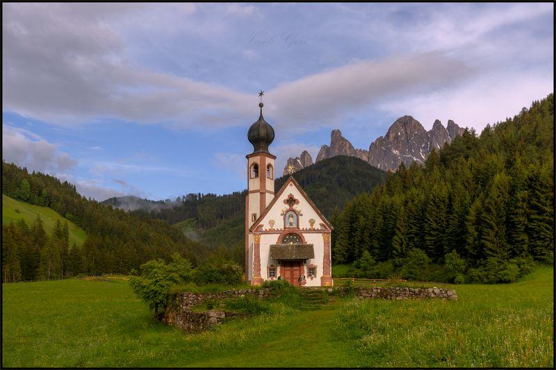 val di funes, доломиты, италия, пейзаж, церковь san giovanni, ranui,лето. Открытка из Доломитphoto preview