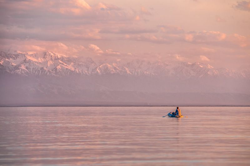 кахастан, алма-ата, озеро, горы, лодка, рыбак, закат Краски уходящего дняphoto preview