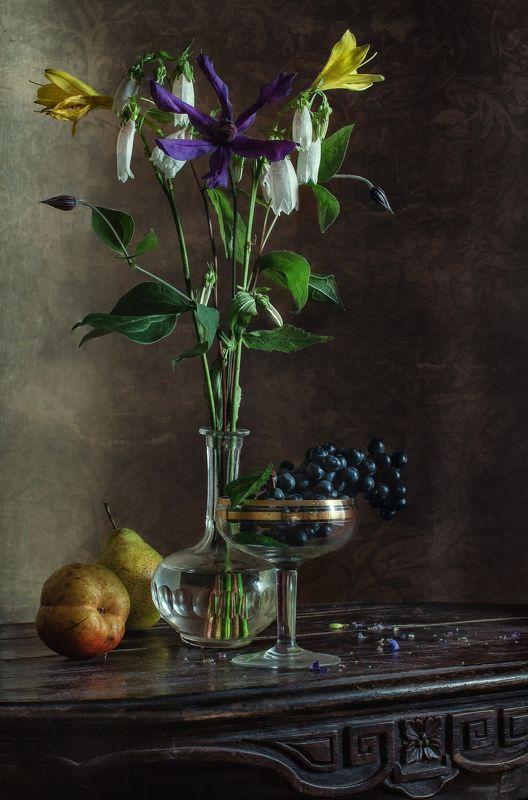натюрморт, стекло, цветы, фрукты, виноград, груши Цветочно-фруктовая вертикальphoto preview