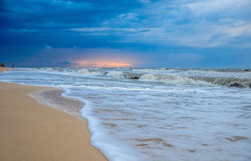 азовское море,голубицкая,море,девушка и море Шторм на Азовеphoto preview