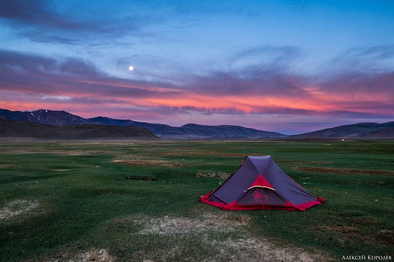 монголия, горы, алтай, рассвет, палатка, луна, природа, пейзаж, лето, mongolia, mountains, altai, dawn, tent, moon, nature, landscape, summer В горах Монгольского Алтаяphoto preview