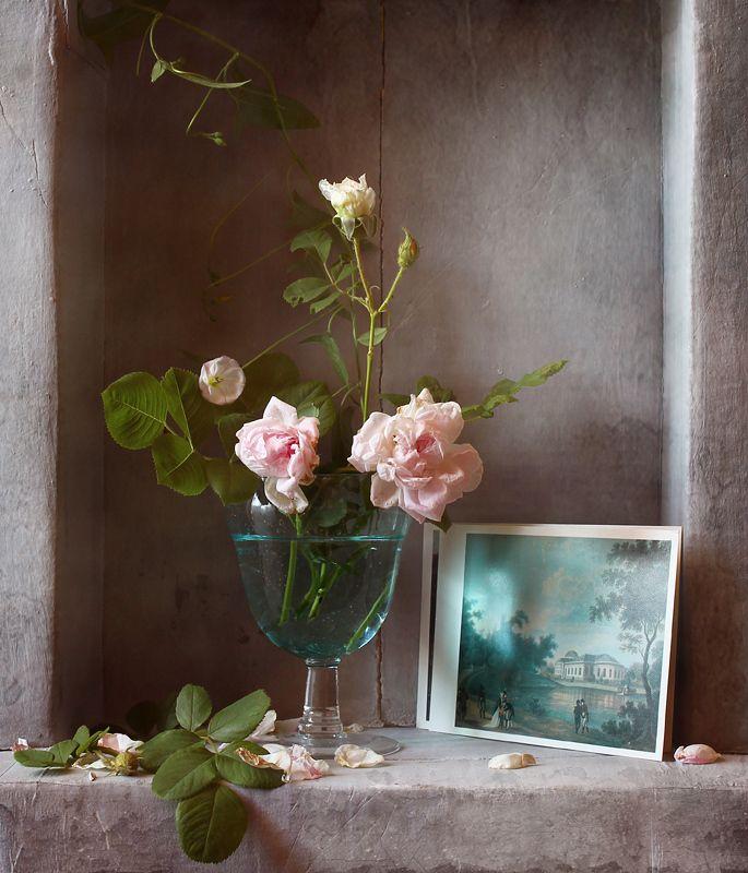 натюрморт, цветы, розы, розовый, голубой, открытка Розовые розочки в голубом бокалеphoto preview