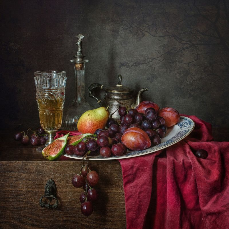 натюрморт, хрусталь, фарфор, фрукты, ягоды, виноград, слива, груша, инжир Бокал вина и блюдо фруктовphoto preview