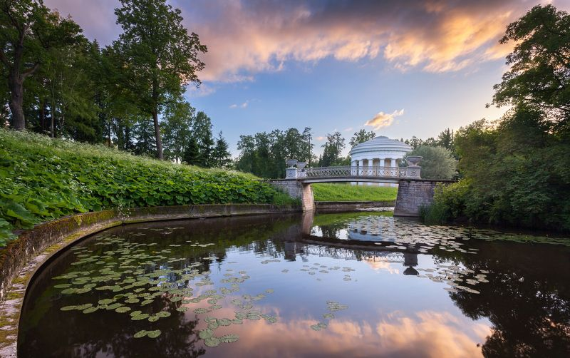 павловск, парк, закат Храм Дружбы и Чугунный мостикphoto preview