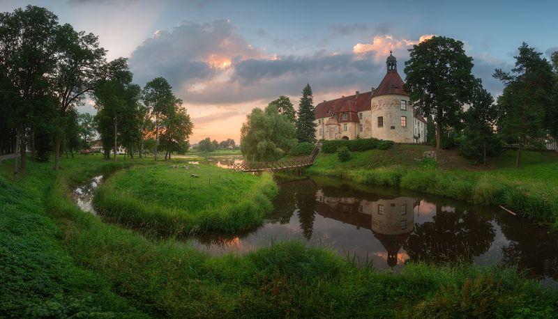 панорама замок латвия вечер лето закат Замок Яунпилсphoto preview