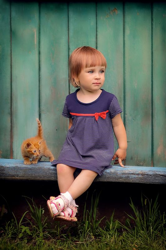 Девочка и котенокphoto preview