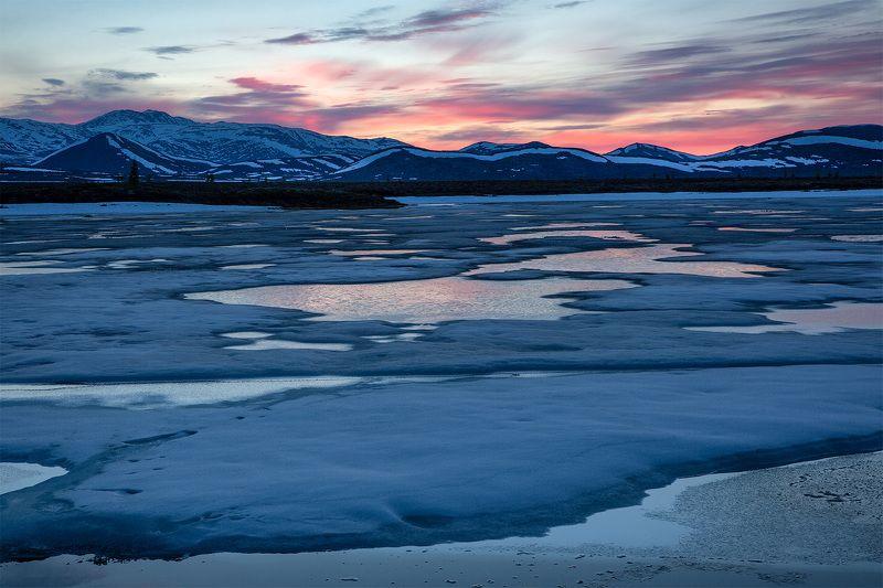закат, озеро, колыма, лед, июнь, полыньи, отражение, вечер, краски, синий, роовый, красный, небо, облака Ледяной закатphoto preview