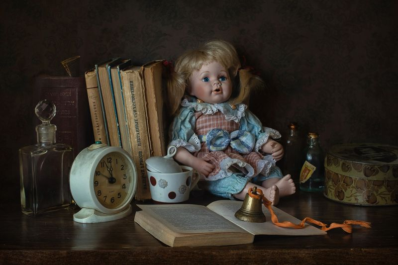натюрморт, стекло, игрушка, кукла, клоун, книга, часы, колокольчик Из жизни игрушекphoto preview