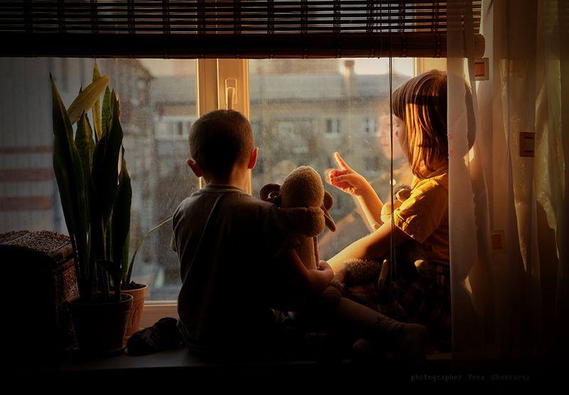 вечер, мальчик и девочка на подоконнике Дело было вечером, делать было нечего...photo preview