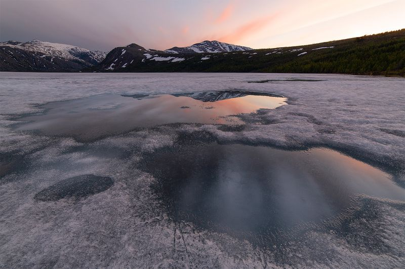 озеро, колыма, июнь, вечер, закат, лед, проталины, лужи, отражение, облака, горы Закат над ледяными просторамиphoto preview
