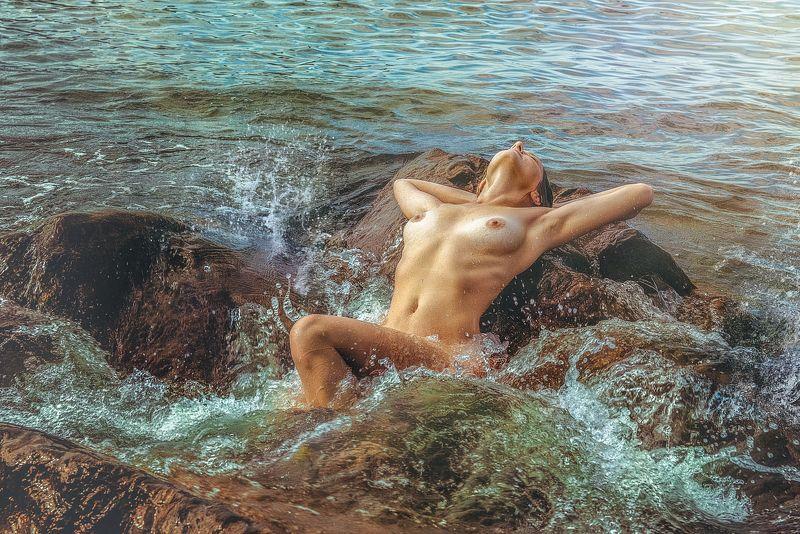 девушка море прибой пена волны брызги ню грудь Экспрессияphoto preview