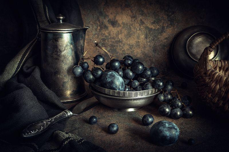Гроздь чёрного виноградаphoto preview