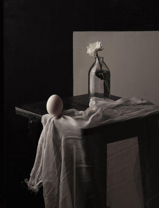 яйцо, стекло, бутылка, цветок, табуретка, натюрморт На краюphoto preview