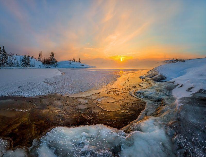 ладожское озеро, карелия, шхеры, природа, скалы, вода, сосны, остров, зима, рассвет, лёд, снег, солнце, туман, отражение. Первый лёд на Ладогеphoto preview