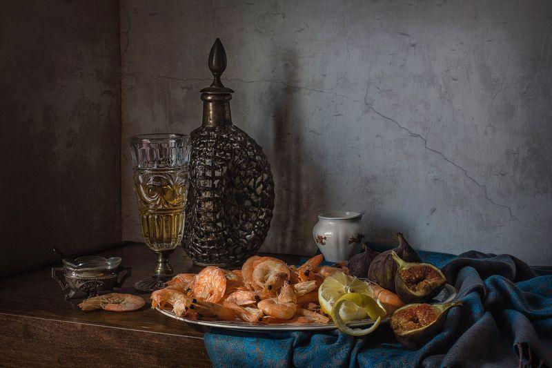 натюрморт, графин, бокал, креветки, инжир, лимон С креветками и инжиромphoto preview