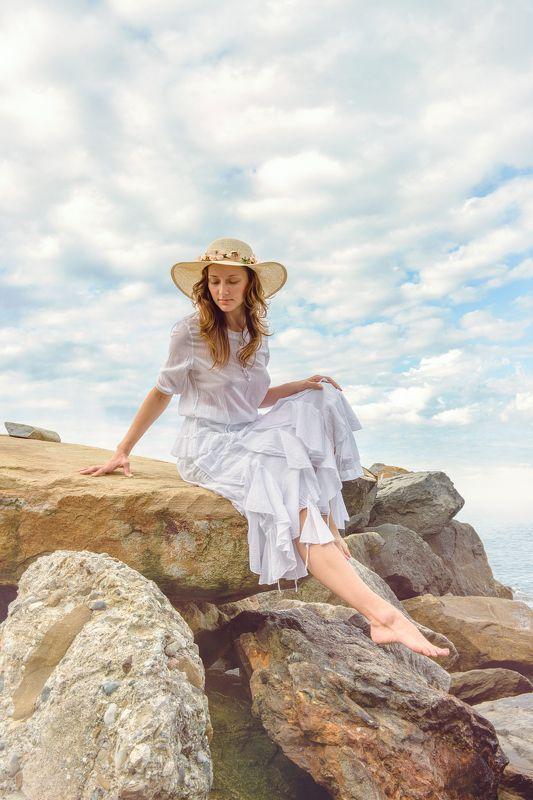 девушка скалы море шляпа портрет думает красиво облака небо лето утро Утроphoto preview