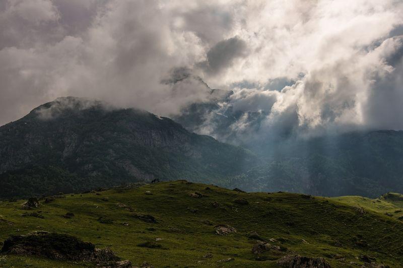 горы, облака, кавказ под солнечным водопадом...photo preview