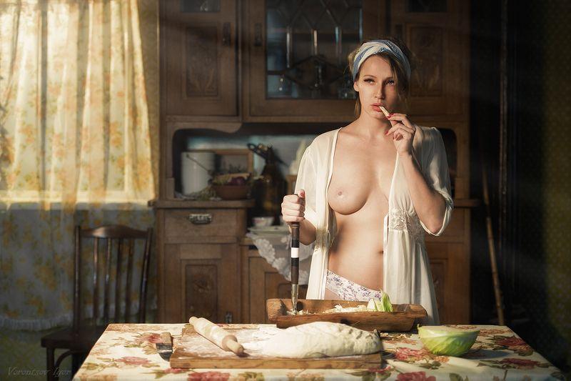 ню, девушка, грудь, обнажённая,окно, винтаж, пироги,тесто,комод, корыто, тяпка photo preview