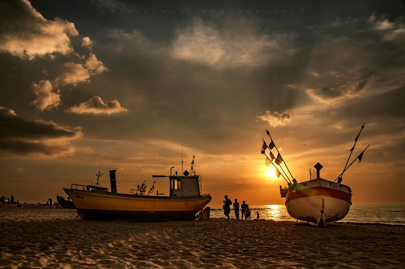 sun water baltic sea dranikowski boats sunlight clouds sand hot orange sunset теплый закат у моряphoto preview