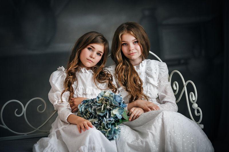 портрет, девочки, модели, студия, фотосессия, красивые, цветы,фон, сестры Сестрыphoto preview
