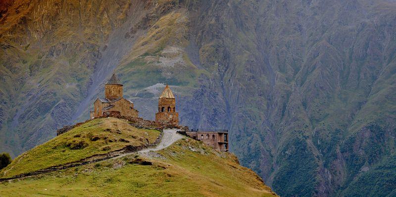 горы церковь архитектура природа пейзаж Гергетская церковь в Казбегахphoto preview