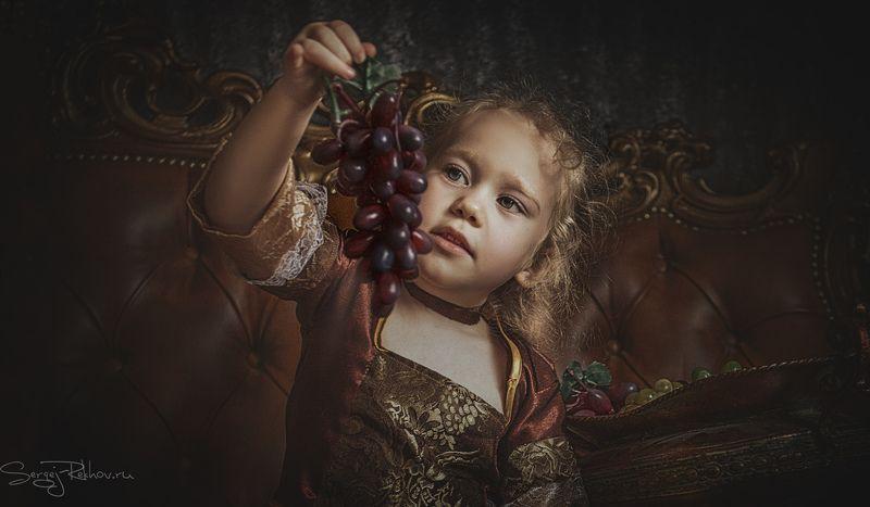 девочка, виноград, портрет, ребёнок, rekhov Девочка с веткой виноградаphoto preview