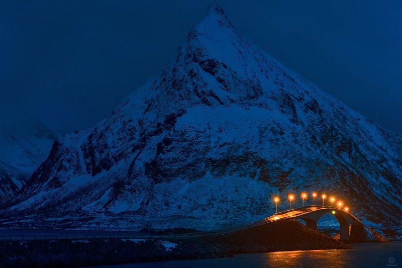 сумерки, фонари, мост, гора, снег Сумеречный призрак / Norway / Lofotenphoto preview