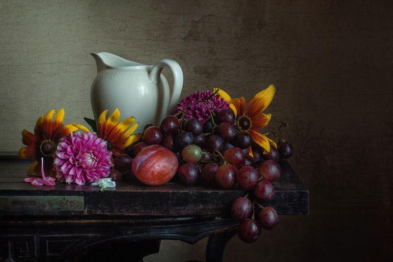 натюрморт, фарфор, кувшин, цветы, виноград С цветами и виноградомphoto preview