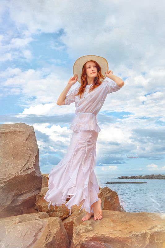 девушка море платье шляпка бриз красиво ветер камни небо облака Морской бризphoto preview