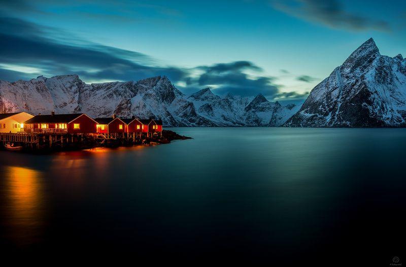 сумерки, свет, домики, вода, горы Проявление света в темноте / Norway / Lofotenphoto preview