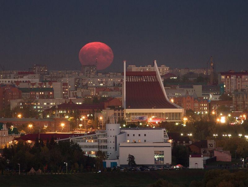 Луна, полнолуние, Омск, крыша, пейзаж, город, театр, ночь, urban exploration В небе над Омскомphoto preview
