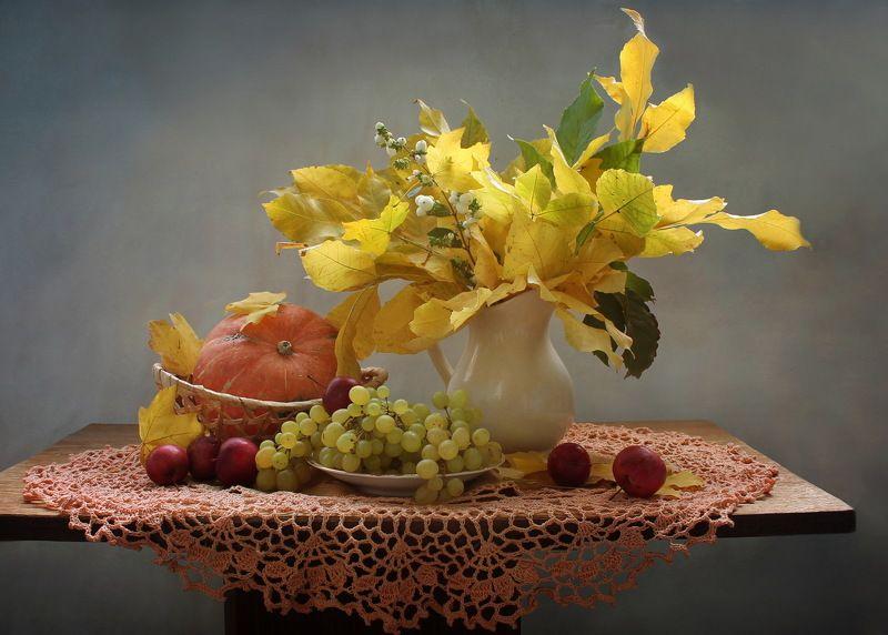 натюрморт, осень, виноград, фрукты, листья Про желтые листьяphoto preview