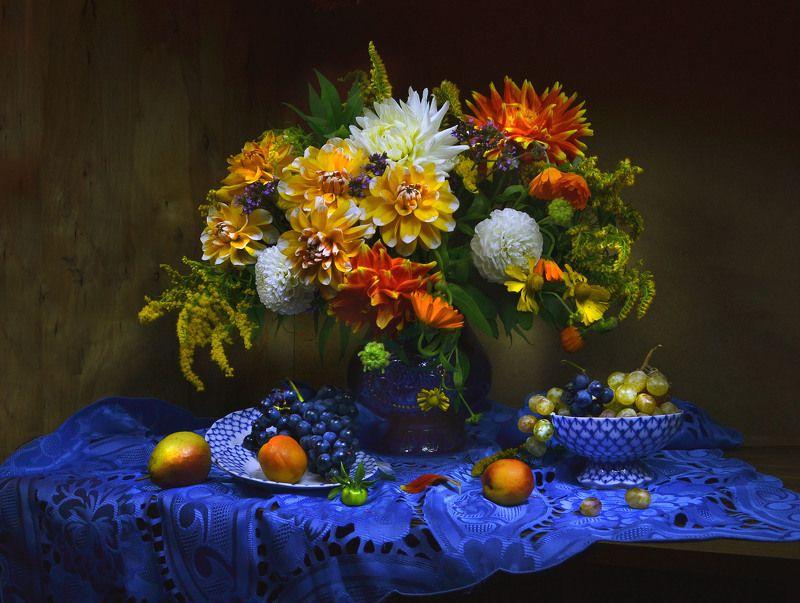 still life,натюрморт, фото натюрморт, осень, сентябрь, цветы, георгины, фрукты, настроение, виноград Рассей грустинки снов моих...photo preview