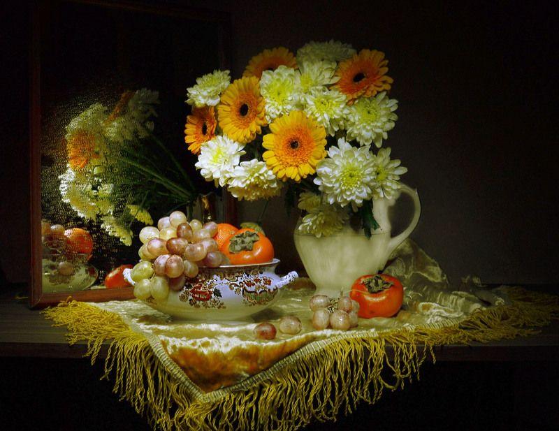 still life,натюрморт, цветы, хризантемы, фрукты, фото натюрморт,сентябрь ,отражение, осень, зеркало ,виноград Я кланяюсь осени, словно Мадонне...photo preview