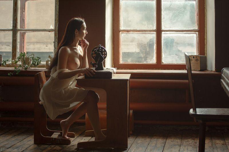 ню, девушка, грудь, обнажённая,окно, винтаж, швея photo preview