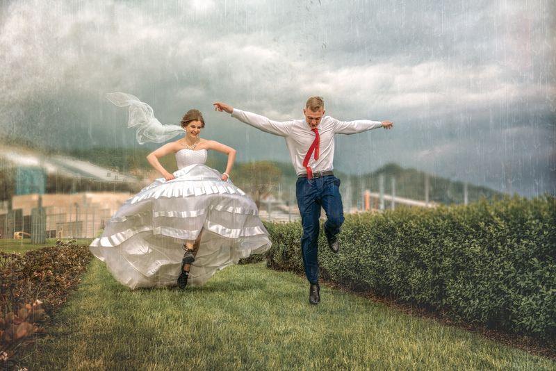 свадьба молодожены жених невеста дождь бегут сочи Под летним дождемphoto preview