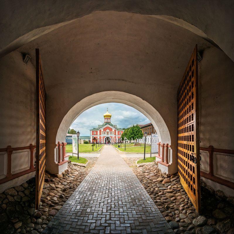 валдай, иверский монастырь Из аркиphoto preview