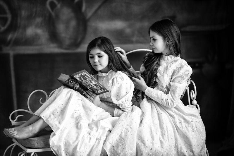 портрет, чернобелое фото, девочки, модели, за чтением, книга, поздним вечером, студия, фотосессия photo preview